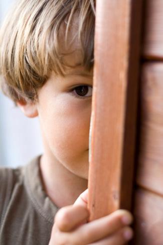 Félénk gyerek az iskolába lépés küszöbén